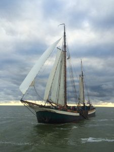 Das Bild zeigt ein niederländisches Plattbodenboot auf See